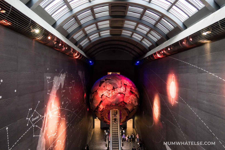 L'ingresso alla zona rossa al Natural History Museum di Londra