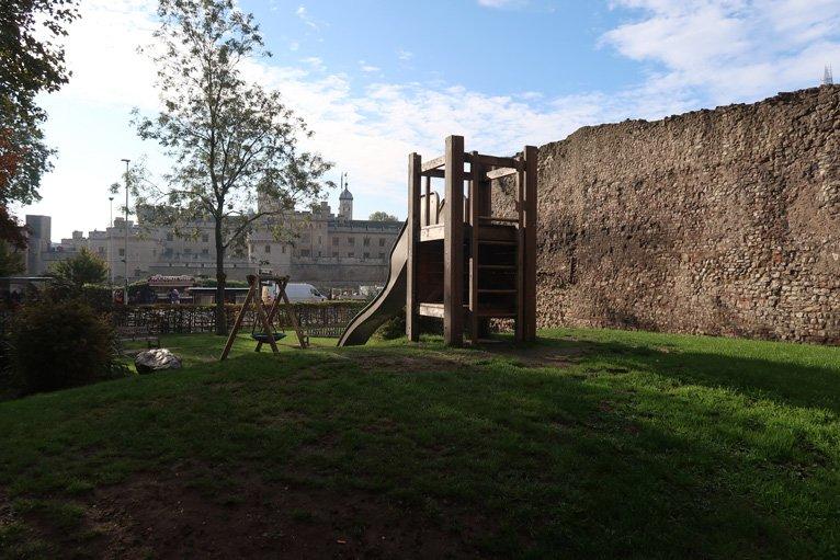 Il playground a tower hill con vista sulla torre di londra