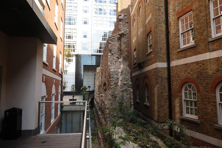 resti delle mura romane a londra vicino a Tower Hill