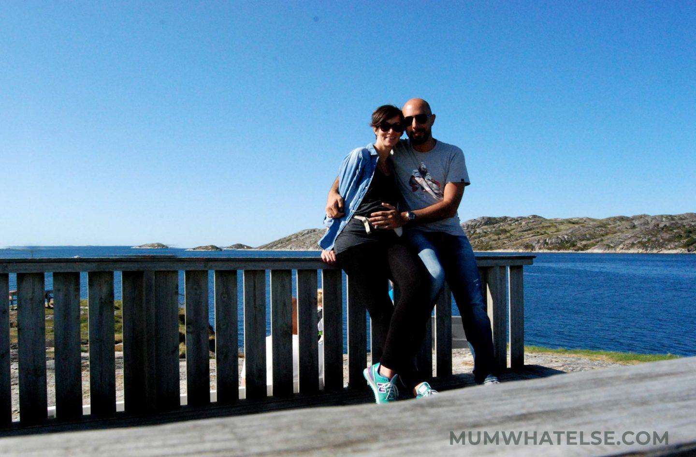 una coppia di fronte al mare