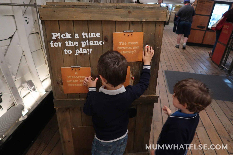 due bambini che cercano di scoprire come funziona un gioco