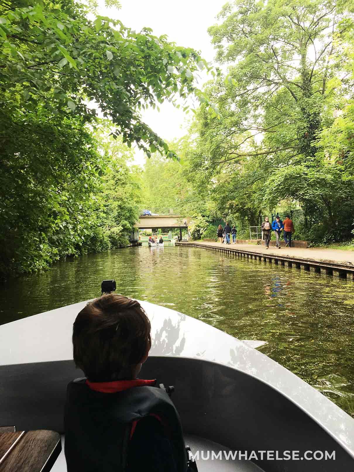 un bambino su una barca tra i canali di Londra