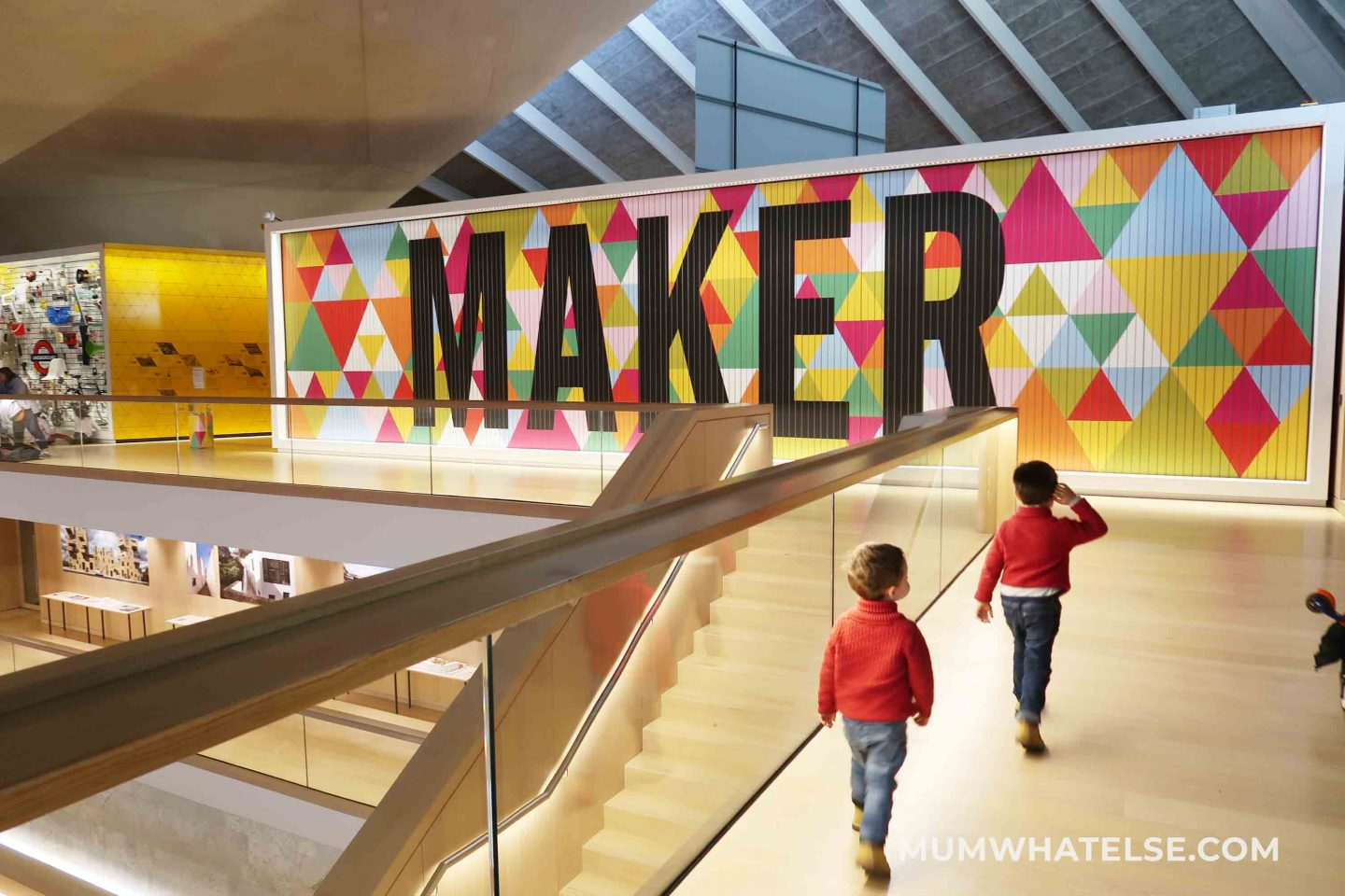 due bimbi all'interno del design museum a londra vicino alla scritta maker