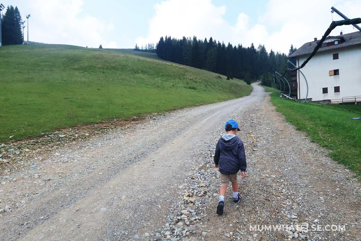 bimbo che cammina in montagna