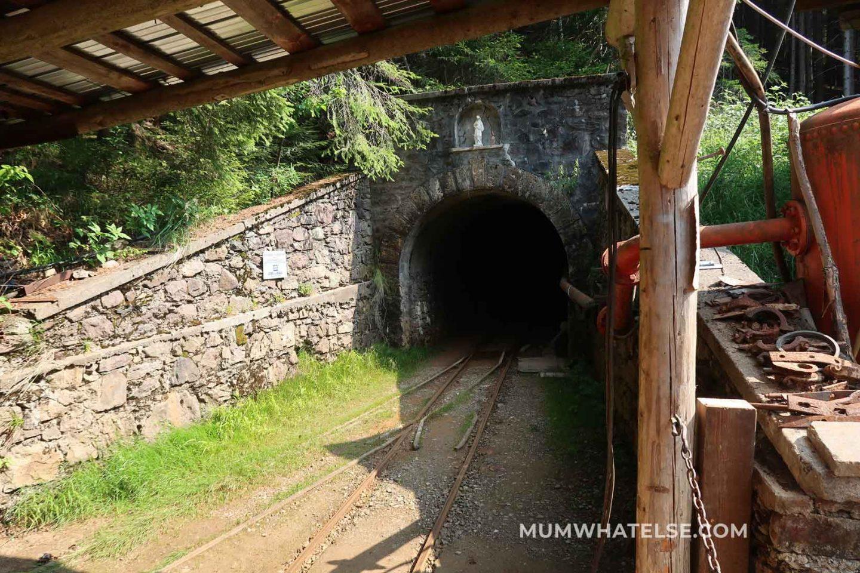 L'ingresso della galleria che porta alle miniere di Schilpario