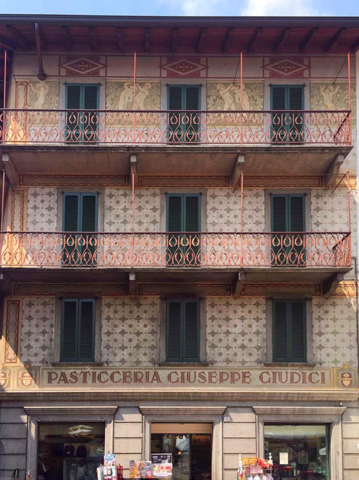 facciata di un palazzo a Clusone con insegna d'epoca