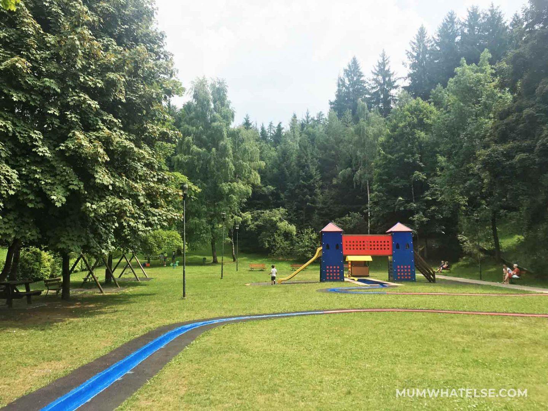 vista di un parco immerso nel verde con uno scivolo