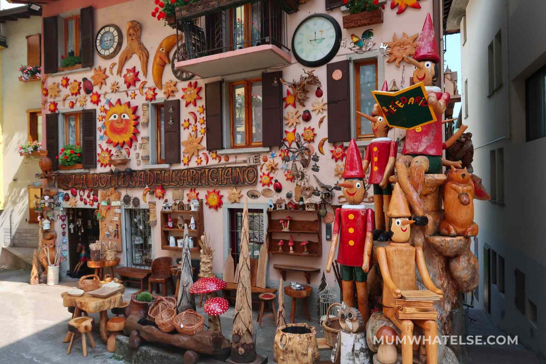 esterno di un negozio tutto ricoperto di oggetti di legno