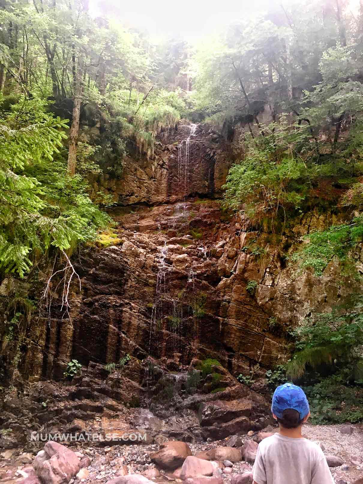 bimbo di fronte a una cascata