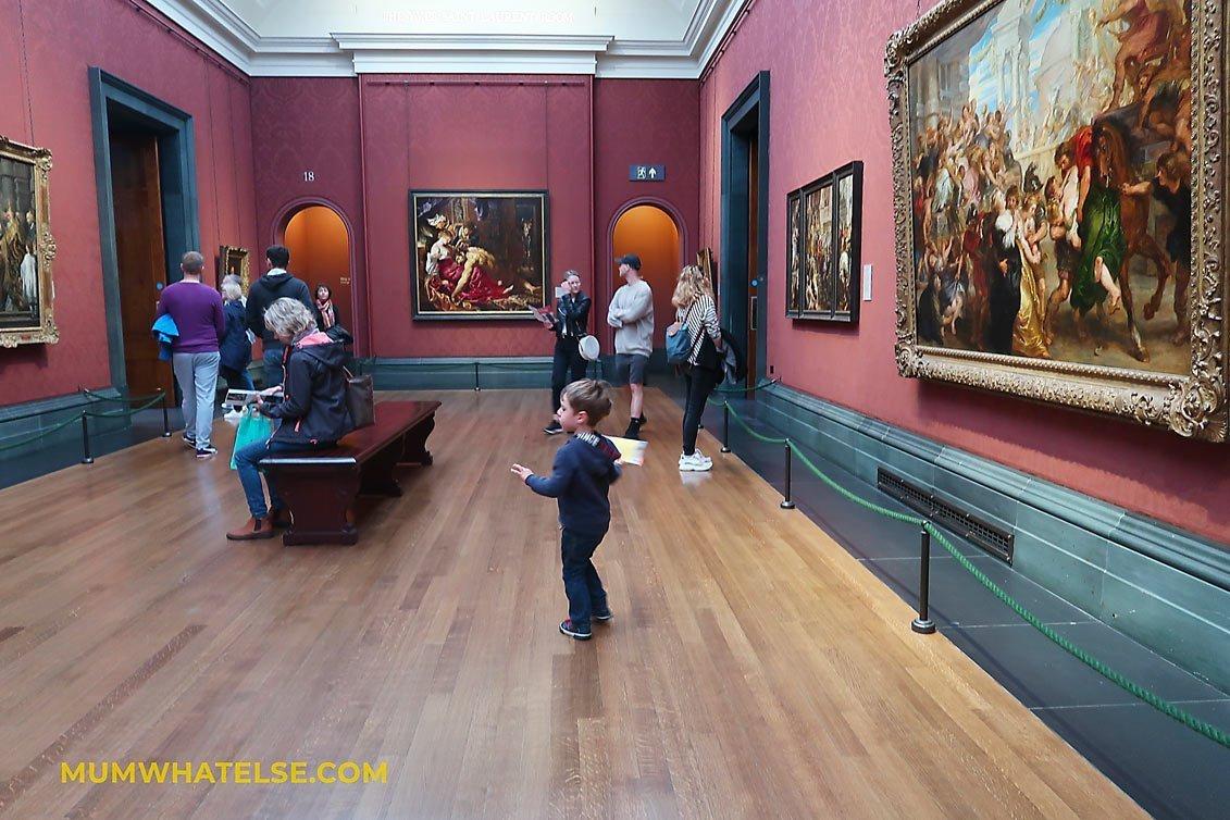 bambini che guarda dei quadri in un museo