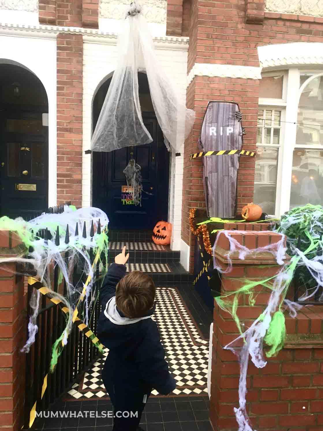 casa addobbata per halloween con bare e ragnatele