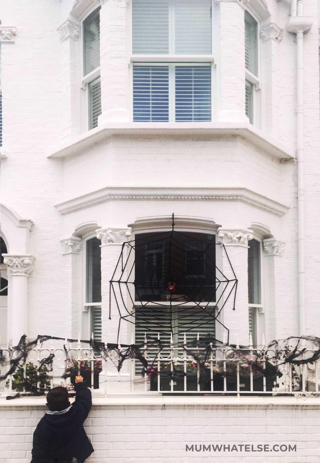 una casa bianca con un grande ragno appeso