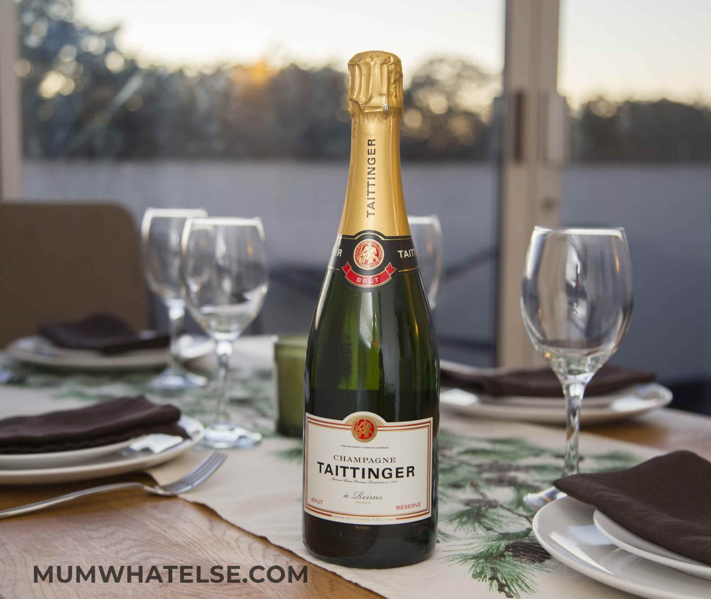 bottiglia di champagne sulla tavola