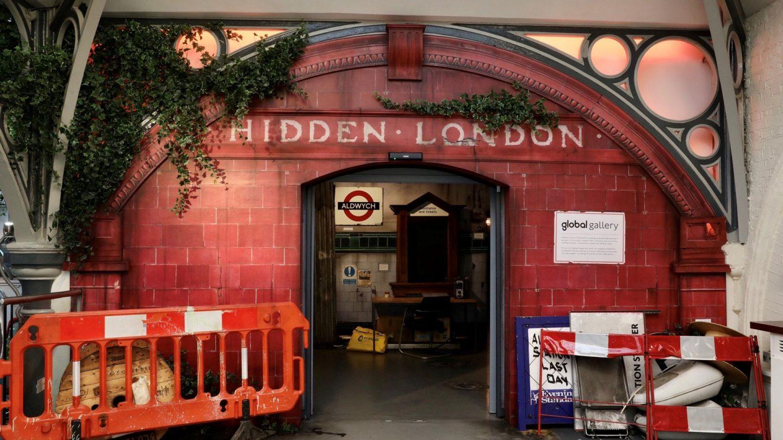 ingresso della mostra con la ricostruzione di una stazione della metropolitana