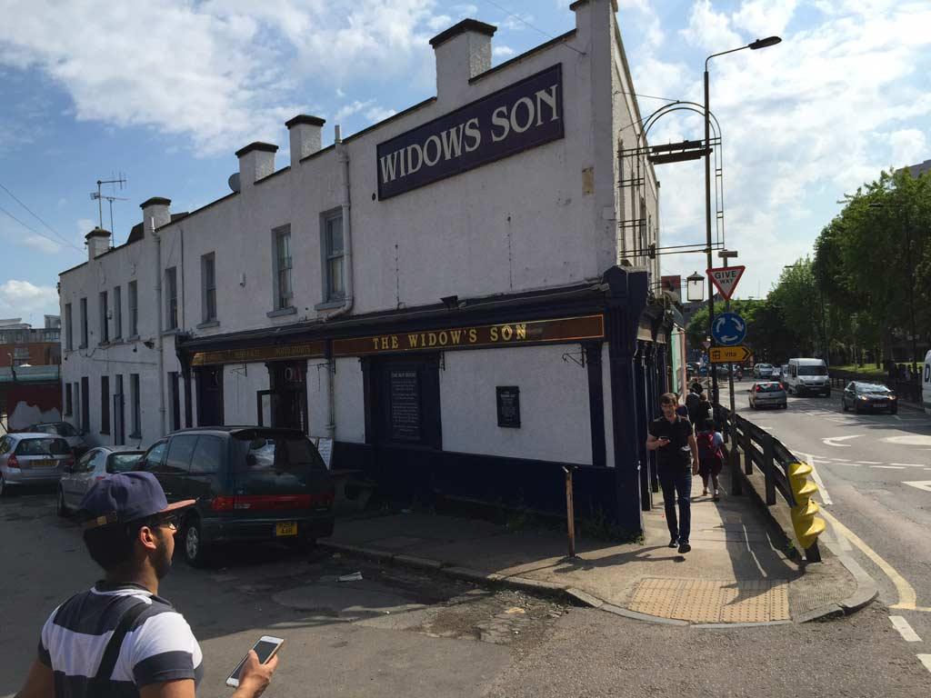 facciata del pub the widow's son a Londra
