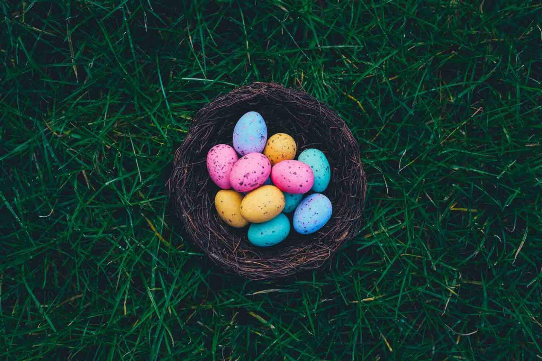 un cestino con delle uova colorate