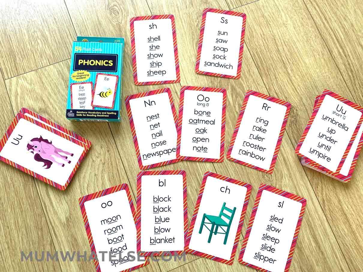 schede di fonetica poggiate su un tavolo
