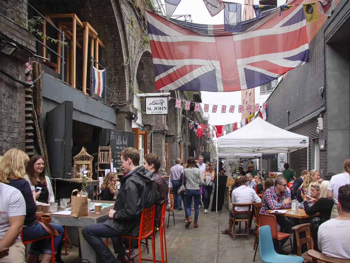 un mercato con le bandiere del Regno Unito appese