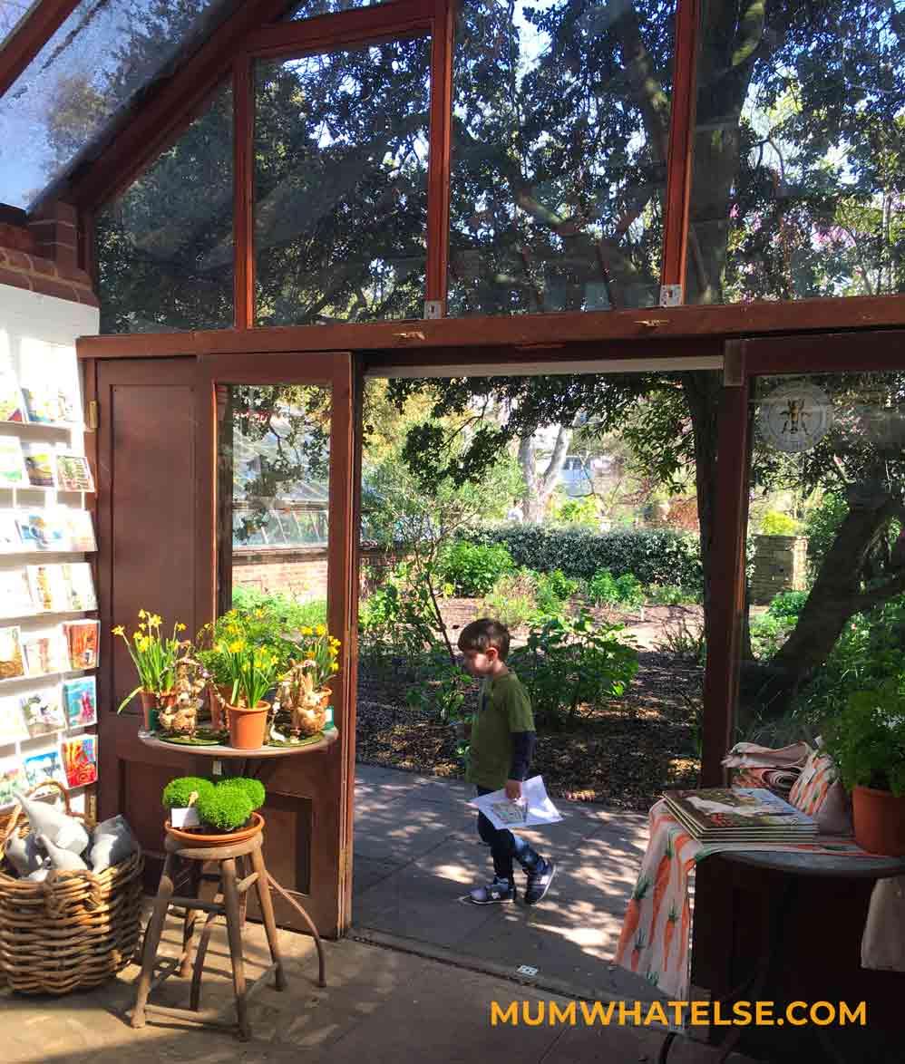 una libreria circondata da un giardino