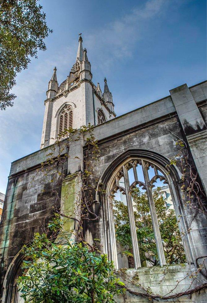 le rovine di una chiesa medievale coperte da alberi