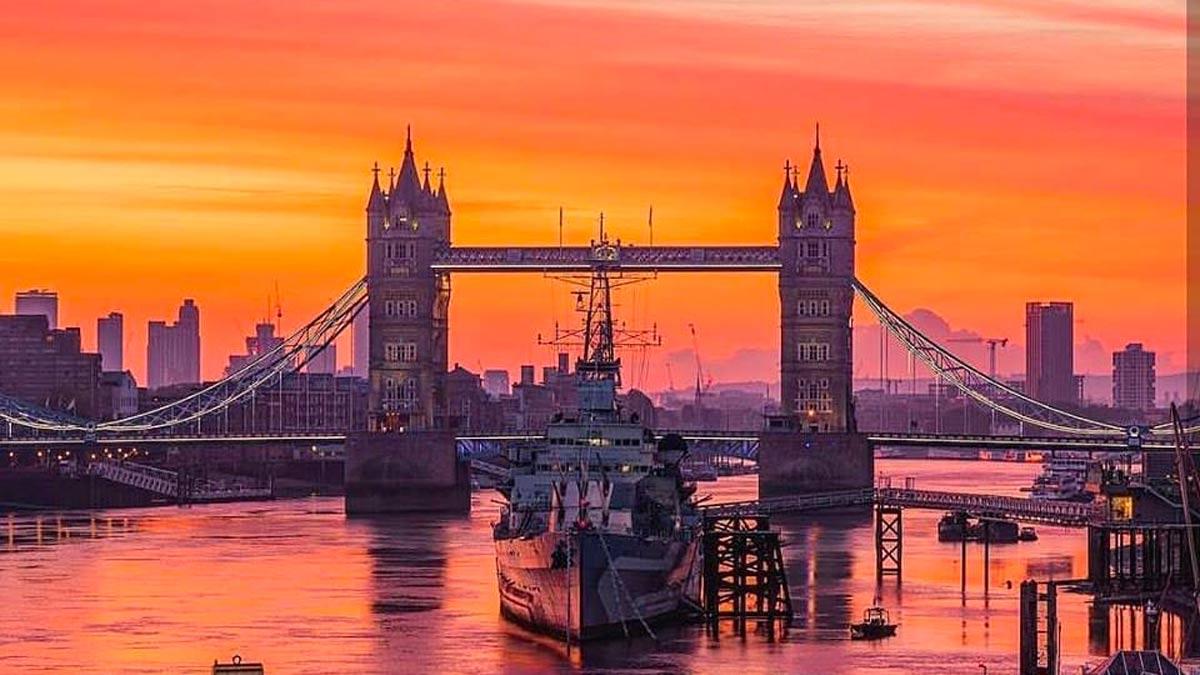 vista del tower bridge al tramonto