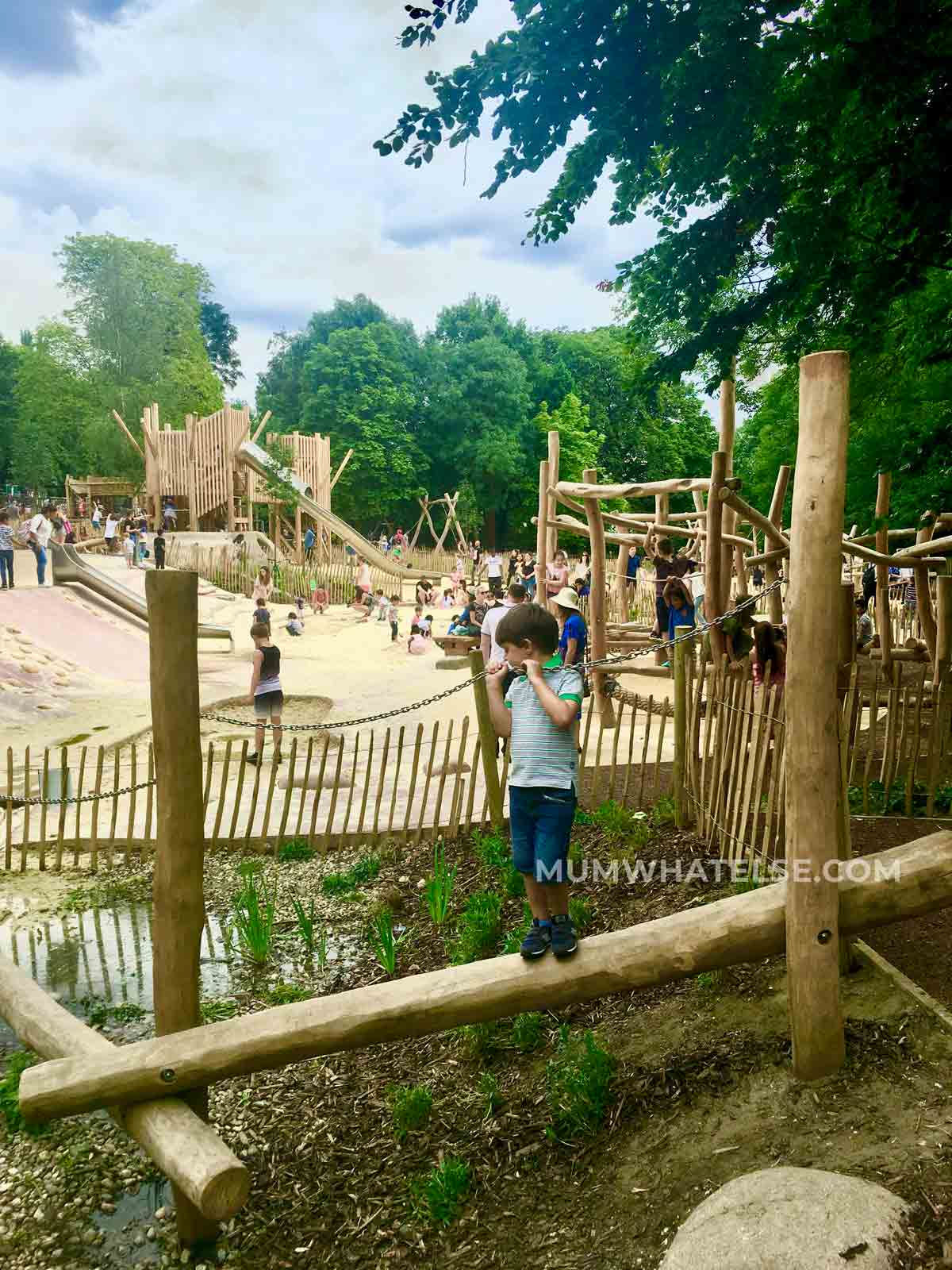 un bambino in equilibrio in un playground