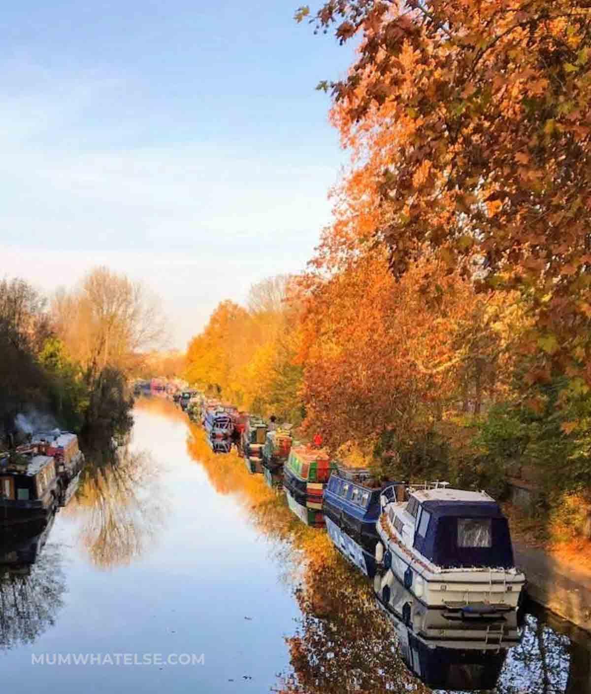 il regent's Canal a Little Venice con le barche parcheggiate lungo il canale