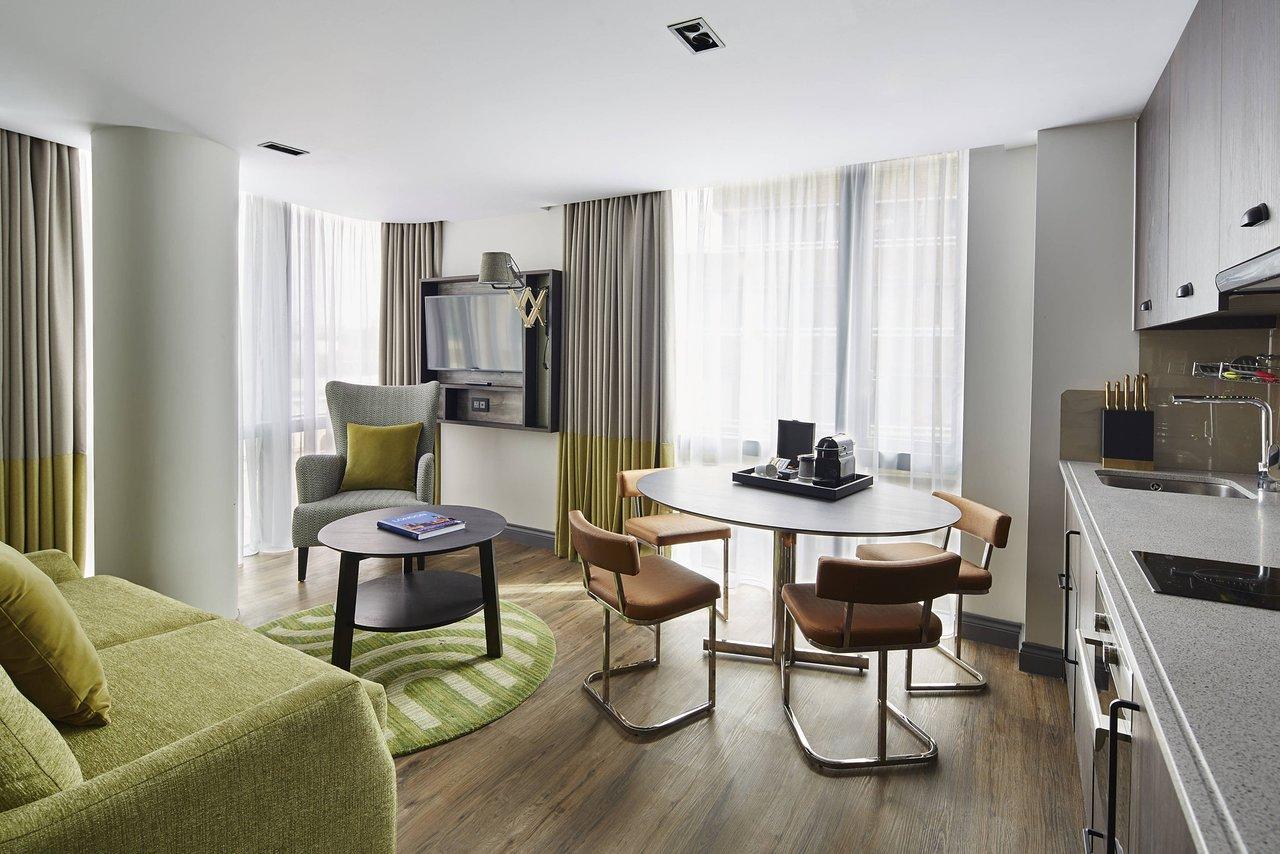 soggiorno con cucina e tavolo con quattro sedie
