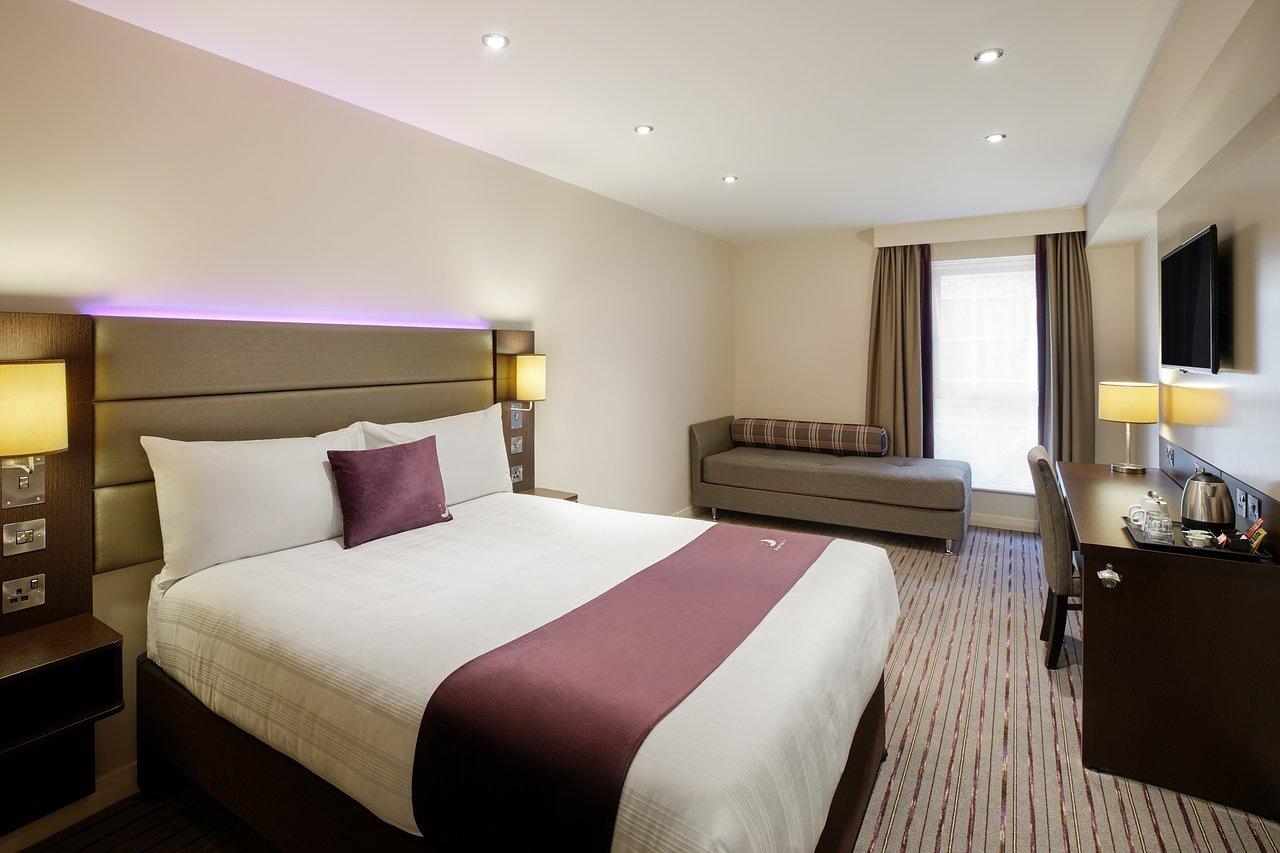 camera d'albergo con un letto e un divano vicino alla finestra